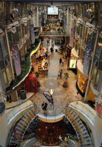 游轮内的商业街图片