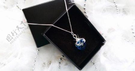 蓝色彩钻项链