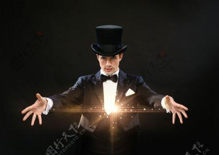 正在表演魔术的魔术师图片