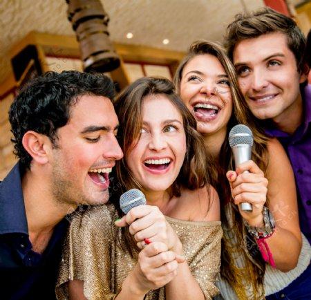 唱歌的男女图片