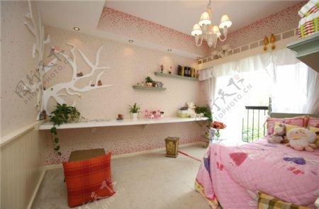 美式时尚卧室粉色背景墙落地窗设计图