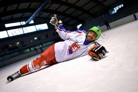躺在球场上的冰球运动员图片