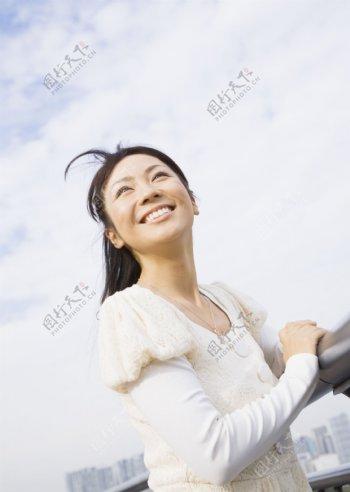抬头仰望的开心少女图片图片