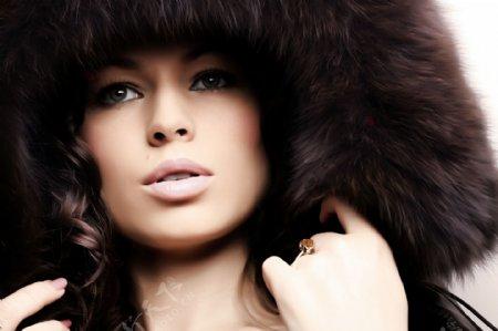 戴着毛茸茸帽子的外国女人图片