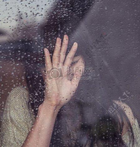 下雨天女孩伤心的哭