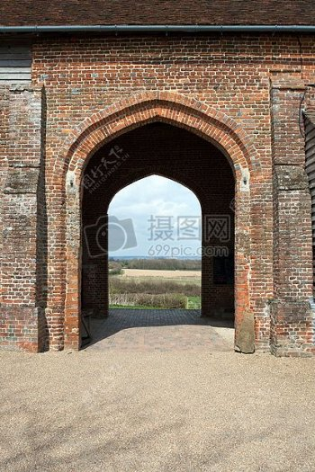 阳光下的拱形门