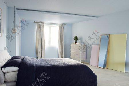现代清新卧室淡蓝色背景墙室内装修效果图