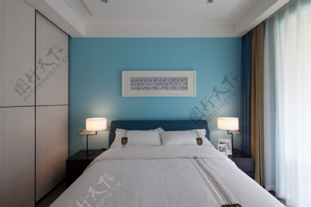 现代清新卧室亮蓝色背景墙室内装修效果图