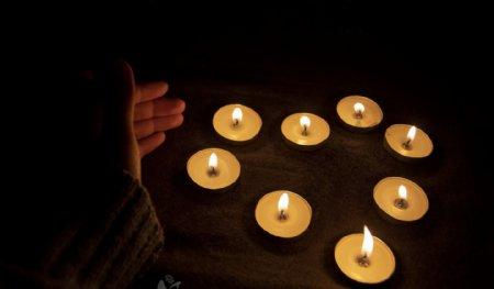 祈祷之摆成心形的白蜡烛