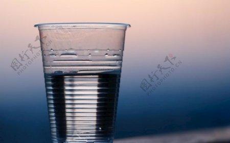 一次性杯子与水