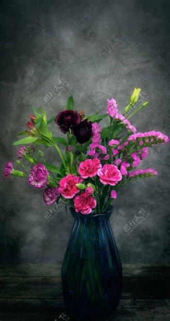 擦着鲜花的花瓶