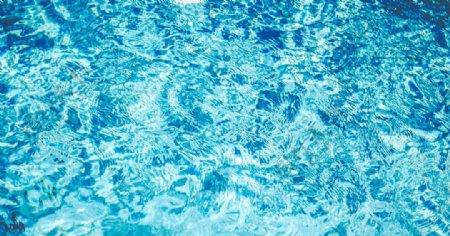 波光粼粼的水面