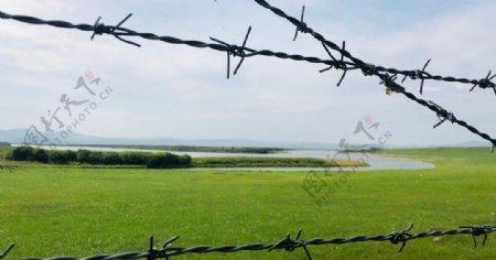 铁网的远处是俄罗斯