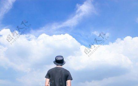 蓝天白云男人图片