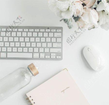 办公桌上的键盘