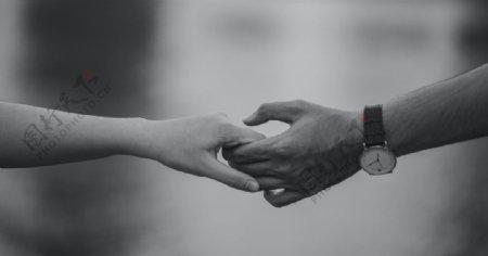 握手牵手拉手情侣黑白背景图片