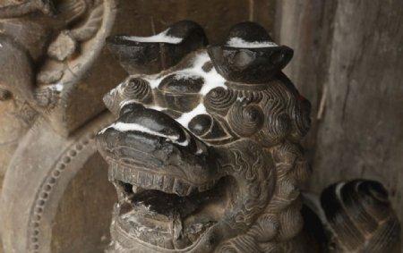 雪中元宝耳朵石狮图片