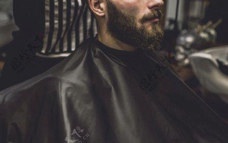 在剪头发的男人图片