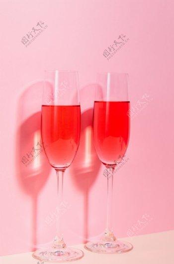 粉红酒杯图片