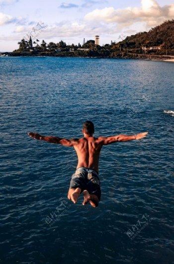 跳水的男性背影图片