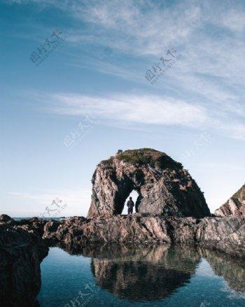 礁石下的男性背影图片
