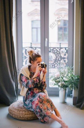 玩相机女性图片