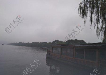 湖面船柳树图片