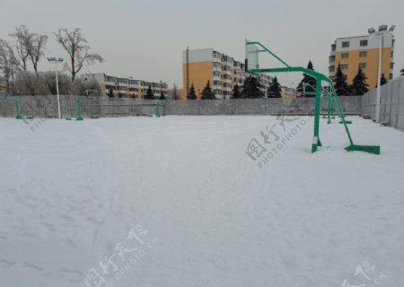冬日落雪操场图片