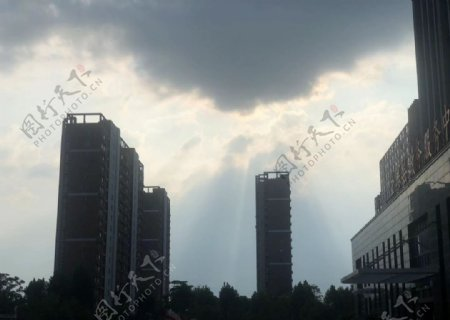 灰色天空图片