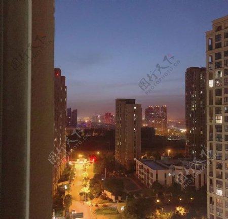 夜晚高楼图片