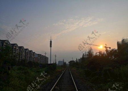 日出铁轨图片