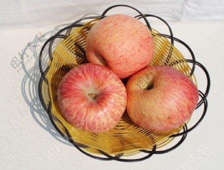 静物拍摄水果篮中苹果白底组合图图片