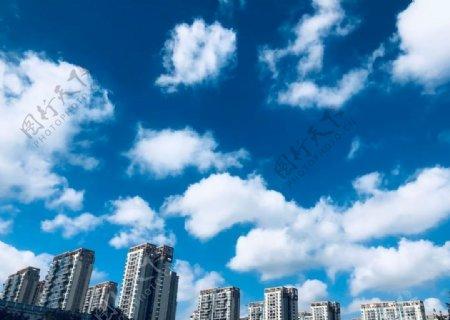 蓝天白云下的建筑图片