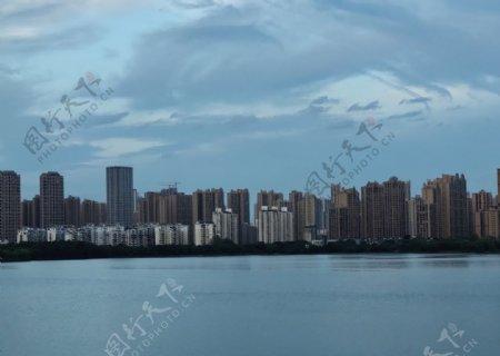 大城市湖边建筑图片