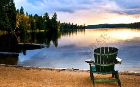 湖景夕阳躺椅图片