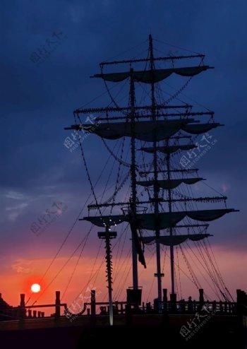 日落下的帆船图片