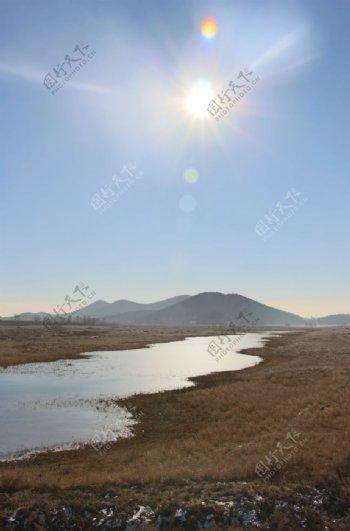 阳光下的一滩水图片
