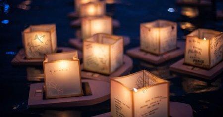 船灯蜡烛火光河流夜景图片